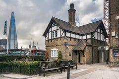 Londen, het UK - circa Maart 2012: Oud historisch Middeleeuws huis en de moderne bouw van de wolkenkrabberscherf in Londen, het U Stock Afbeeldingen