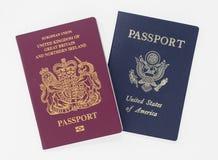 Londen, het UK - 28 de Britse die en paspoorten van de V.S. van Mei 2019, op een witte achtergrond worden ge?soleerd stock afbeelding
