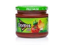 LONDEN, HET UK - 01 DECEMBER, 2017: De spaanders van de Doritostortilla met Milde Salsa-Onderdompeling op wit Stock Foto