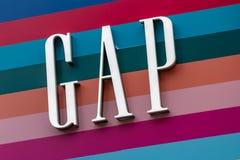 Londen, het UK - 17, December 2018: Sluit omhoog van het Gap-embleem boven de Gap-opslag in Londen, het UK royalty-vrije stock afbeeldingen