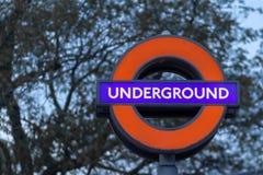Londen, het UK - 17, December 2018: Sluit omhoog van het Ondergrondse teken van Londen in Londen, het UK stock afbeelding