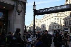 LONDEN, het UK - 16 Februari, 2018: Een niet geïdentificeerde mens verspreidt `-Avond Standaard`-krant dichtbij het Circus onderg royalty-vrije stock afbeeldingen