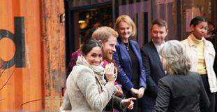 Londen, het UK 9 Januari, 2018 De prins Harry en Meghan Markle bezoekt Reprezent-radio in POP Brixton om het werk te zien doend a