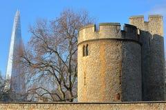 LONDEN, HET UK - 19 JANUARI, 2017: Externe mening van de Toren van Londen met de Scherf op de achtergrond Stock Afbeeldingen