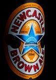 LONDEN, HET UK - 10 JANUARI, 2018: Flessenetiket van bier van het de ambachtaal van Newcastle het Bruine op zwarte Royalty-vrije Stock Afbeeldingen