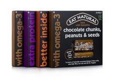 LONDEN, HET UK - 24 JANUARI, 2018: Pakken van Eat Natuurlijke glutenbar met voordelen op wit Stock Afbeelding