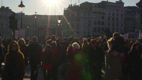 Londen, het UK 21 januari, 2017 Vrouwen op maart op Trafalgar-vierkant, protest tegen de inauguratie van Donald Trump stock video