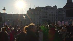 Londen, het UK 21 januari, 2017 Vrouwen op maart op Trafalgar-vierkant, protest tegen de inauguratie van Donald Trump stock footage