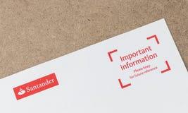 Londen/het UK - 1 Juli 2019 - het embleem van Santander bij de bovenkant van een bankbrief royalty-vrije stock afbeelding