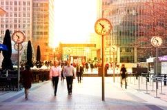 LONDEN, HET UK - 03 JULI, 2014: Mensen die lopen krijgen om bij vroege ochtend in Canary Wharf-aria te werken stock afbeeldingen
