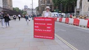 Londen/het UK - 26 Juni 2019 - campagnevoerder pro-Brexit buiten het Parlement die de overheid uitnodigen om een schone Brexit te stock footage