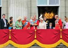 LONDEN, HET UK - 13 JUNI: De Koninklijke Familie verschijnt op Buckingham Palacebalkon tijdens zich het Verzamelen van de Kleuren Stock Foto