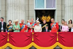 LONDEN, HET UK - 13 JUNI 2015: De Koninklijke Familie verschijnt op Buckingham Palacebalkon tijdens zich het Verzamelen van de Kl Stock Fotografie