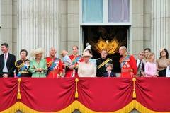 LONDEN, HET UK - 13 JUNI 2015: De Koninklijke Familie verschijnt op Buckingham Palacebalkon tijdens zich het Verzamelen van de Kl Stock Afbeelding