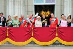 LONDEN, HET UK - 13 JUNI 2015: De Koninklijke Familie verschijnt op Buckingham Palacebalkon tijdens zich het Verzamelen van de Kl Stock Foto's