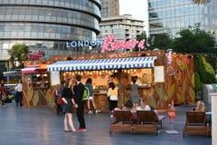 Londen, het UK, 25 JUNI, 2015: De mensen die in Londen Riviera genieten van, het zijn een pop-up voedsel en drank vrij populaire  Royalty-vrije Stock Foto