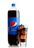 LONDEN, HET UK - 9 JUNI, 2017: Fles en glas met ijsblokjes van de frisdrank van Pepsi-cola op wit Amerikaans multinationaal voeds Stock Fotografie