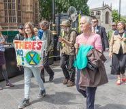 Londen/het UK - 26 Juni 2019 - Jongere die een 'Er is Geen Planeetb 'teken in een groep buiten het parlement houden stock afbeelding