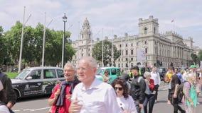 Londen/het UK - 26 Juni 2019 - Klimaatveranderingactivisten die 'klimaat' en de 'tijd waakzaam houden zijn nu' tekens loopt aan P stock video