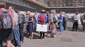 Londen/het UK - 26 Juni 2019 - Klimaatveranderingactivisten vormt buiten het parlement een rij om hun Afgevaardigden te zien en t stock video