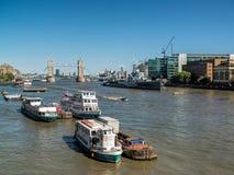 LONDEN, HET UK - 14 JUNI: Mening onderaan de Rivier Theems in Londen op J Stock Afbeeldingen