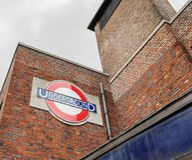 Londen/het UK - 15 Juni 2019 - Ondergronds teken buiten Wood Green-post op de piccadilly lijn, in de stad van Haringey stock foto's