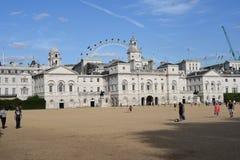 Londen, het UK: 27 juni, 2015: Paardwachten de Bouw en het Oog van Londen in de achtergrond Stock Afbeeldingen