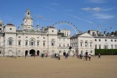 Londen, het UK: 27 juni, 2015: Paardwachten de Bouw en het Oog van Londen in de achtergrond Stock Foto