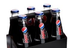 LONDEN, HET UK - 9 JUNI, 2017: Pak van zes met glasflessen van de frisdrank van Pepsi-cola op wit Amerikaanse multinationale voed Stock Afbeelding
