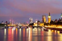 30 07 2015, LONDEN, het UK, Londen bij dageraad Mening van Gouden jubileumbrug Stock Fotografie