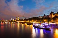 30 07 2015, LONDEN, het UK, Londen bij dageraad Mening van Gouden jubileumbrug Stock Afbeeldingen