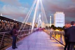 30 07 2015, LONDEN, het UK, Londen bij dageraad Mening van Gouden jubileumbrug Stock Afbeelding