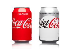LONDEN, HET UK - 21 MAART, 2017: Blikken van Coca Cola-schrijver uit de klassieke oudheid en Dieetdrank op wit De drank wordt gep Stock Fotografie
