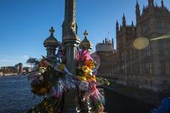 Londen, het UK - 25 Maart, 2017: Bloemhulde op de Brug van Westminster Stock Foto
