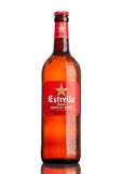 LONDEN, HET UK - 21 MAART, 2017: De fles Estrella Damm-bier op witte die achtergrond, Estrella Damm is een pilsener-bier, in Barc Stock Foto's
