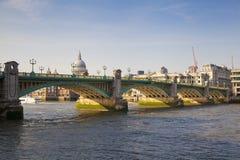 LONDEN, het UK - 29 MAART, de gang van de het Zuidenbank van 2014 van de rivier Theems Royalty-vrije Stock Foto's
