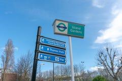Londen, het UK - 05 Maart, 2019: Eilandtuinen - een Lichte de Spoorwegdlr post van Docklands naast Eiland tuiniert op het Eiland  stock afbeelding