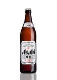 LONDEN, HET UK - 15 MAART, 2017: Fles Asahi Lager-bier op witte die achtergrond, door Asahi Breweries, Ltd in Japan sinds 1889 wo Stock Afbeelding