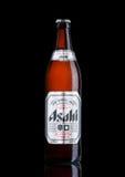 LONDEN, HET UK - 15 MAART, 2017: Fles Asahi Lager-bier op zwarte die achtergrond, door Asahi Breweries, Ltd in Japan sinds 1889 w Royalty-vrije Stock Foto's