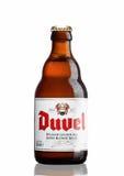 LONDEN, HET UK - 30 MAART, 2017: Fles Duvel-Bier op wit Duvel is een sterk gouden die aal door familie-gecontroleerd Vlaams wordt Stock Afbeelding