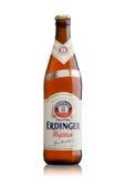 LONDEN, HET UK - 15 MAART, 2017: Fles Erdinger-tarwebier op een wit Erdinger is het product van het bierbr van de wereld` s groot Royalty-vrije Stock Fotografie