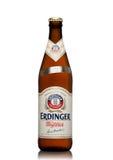 LONDEN, HET UK - 15 MAART, 2017: Fles Erdinger-tarwebier op een wit Erdinger is het product van het bierbr van de wereld` s groot Stock Fotografie