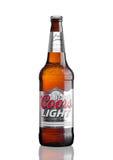 LONDEN, HET UK - 30 MAART, 2017: Fles het Lichte bier van Coors op wit Coors stelt een brouwerij in Gouden, Colorado in werking,  Stock Fotografie