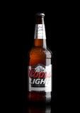 LONDEN, HET UK - 30 MAART, 2017: Fles het Lichte bier van Coors op zwarte Coors stelt een brouwerij in Gouden, Colorado in werkin Stock Fotografie