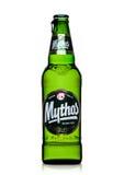 LONDEN, HET UK - 15 MAART, 2017: Fles Mythos-bier op wit Gemaakt door het Mythos-Brouwerijbedrijf, was het populaire merk gelance Stock Fotografie