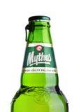 LONDEN, HET UK - 15 MAART, 2017: Fles Mythos-bier op wit Gemaakt door het Mythos-Brouwerijbedrijf, was het populaire merk gelance Royalty-vrije Stock Foto's