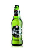 LONDEN, HET UK - 15 MAART, 2017: Fles Mythos-bier op wit Gemaakt door het Mythos-Brouwerijbedrijf, was het populaire merk gelance Royalty-vrije Stock Foto