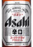 LONDEN, HET UK - 15 MAART, 2017: Flessen dichte omhooggaand met embleem van Asahi Lager-bier op witte die achtergrond, door Asahi Royalty-vrije Stock Afbeeldingen