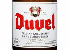 LONDEN, HET UK - 30 MAART, 2017: Flessenetiket van Duvel-Bier op wit Duvel is een sterk gouden die aal door een Vlaamse familie - Stock Afbeeldingen