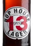 LONDEN, HET UK - 30 MAART, 2017: Flessenetiket van Hophuis 13 lagerbierbier op wit Stock Afbeeldingen